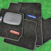 JUEGO ALFOMBRAS A MEDIDA BMW  Juego de alfombras fabricadas a medida pra BMW E30, en moqueta de alta calidad y con ribeteado en color a elegir (negro, rojo o azul) y bordado  Acabados de alta calidad y material duradero.
