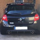 PEGATINA ALERON CLIO 3 SPORT  Pegatina aleron Clio Sport F1. Color blanco o negro a alegir. Realizadas en vinilo laminado de alta calidad, resistentes al sol, al frío y a los lavados.
