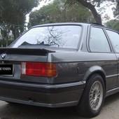 Aleron BMW E30 M-TecK1 Réplica exacta a la original en fibra y con acabado de alta calidad. Incluye los mismo anclajes que el original.  Valido para: E30 pre, E30 post, coupe, berlina y cabrio.  Material: Fibra Duraflex, de alta calidad.  Acabado: Liso  Aplicable: BMW E30  Contenido: 1 pieza  Aplicación: Se recomienda montaje por un taller profesional. Piezas nuevas que requieren pintura.  #bmw #bmwe30 #m1 #ALERON #spoiler
